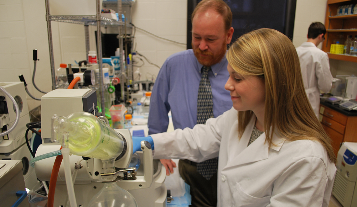 student in lab working with professor part of the Honors Curriculum